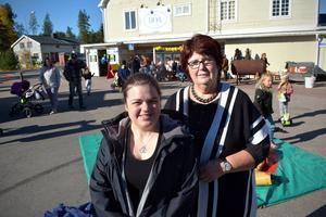 Lena Andersson och Ida Sandbäck Gruvman utanför lanthandeln.