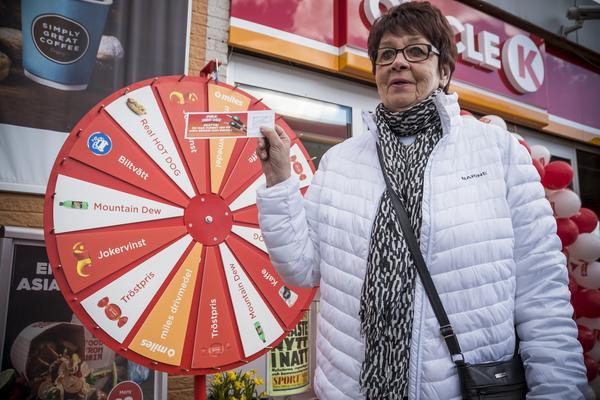 Alla kunder fick snurra på lyckohjulet. Lyckligt lottade Ulla Svensson, från Ulvkälla i Sveg, vann ett presentkort på 100 kronor diesel.