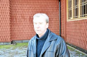 Dyrt förslag. Kyrkorådets ordförande Sivert Bäck befarar att det blir för dyrt att bygga till kyrkan för att inrymma en handikapptoalett.  BILD: INGVAR SVENSSON