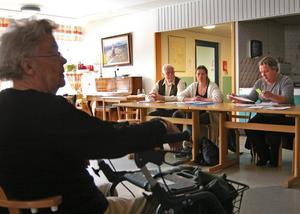 Beslutet om nedläggning av Sörgårdens äldreboende väcker starka känslor. Politiker bakom beslutet ställdes till svars.
