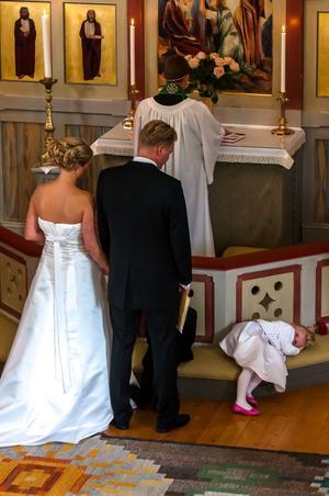 Fick möjlighet att fotografera från orgelläktaren under ett bröllop på västkusten. En bit in i ceremonin tröttnade en av brudnäbbarna (dotter till brudparet) och bestämde sig för att vila en stund.