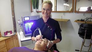 Ny maskin. Pernilla Landegren-Österberg med den nya Hydra Facial. Den klarar att göra tre moment. I stolen Jessica Rosendahl, som jobbar på hudverkstaden, men just nu är barnledig.