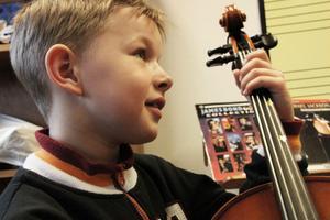 Lukas Stenbacka blev förtjust i cellon.