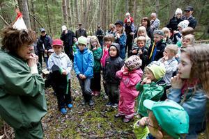 Kerstin Marklund som Mulle. Ett femtiotal barn lyssnade nyfiket på Mulles råd.
