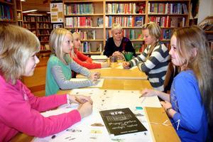 Sagopedagog Inger Duberg leder spökskrivarverkstaden på biblioteket. Sara Westerling, Ängla Tranheim, Amanda Fransson, Tilde Olla Levin och Cassandra Jirvelius skriver sina egna spökhistorier.