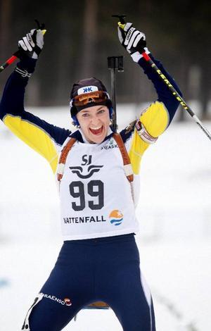 Anna Carin Olofsson-Zidek visar guldglädje. Hon vann trots hela sex bommar på skjutvallen.