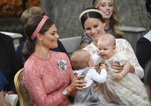 Kronprinsessan Victoria med prins Oscar och prinsessan Sofia med prins Alexander under prins Alexanders dop i Drottningholms slottskyrka fredagen den 9 september 2016. På torsdagen offentliggjorde Kungahuset alltså att prins Alexander ska få ett syskon.