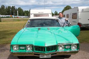 Helena Lundin, Dala-Husby äger en så kallad muskelbil, en Oldsmobile Cutlass, 1968. De väljer att campa i Hallstahammar eftersom det är lugnare.