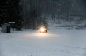 Varv på varv packas snön av Per-Åke Svensson och klubbens nyinvesterade skoter. Först inne på skidstadion, sedan ute i skogen.
