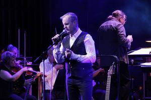 Frontmannen Göran Nyström – inte helt bekväm utan gitarren tycker recensenten – men han bättrar på sig under kvällen.