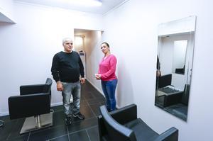 Talin Krakos make Megrgdij Minassian har renoverat lokalerna som blivit en stor skönhetssalong i två plan. I källaren tar Talinemot muslimska kvinnor som inte vill ta av sig sina huvuddukar eller slöjor offentligt.