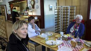 STAMMISAR: Yvonne Hallin Lundblad, Isabella Ås och Karin Lundell äter ofta på Björkängens matsal.