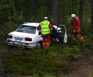 Vid tre-tiden torsdags eftermiddag befann sig en norskregistrerad bil och förare cirka en mil norr om Malungsfors. Kvinnan hamnade av okänd anledning på fel sida vägen och sedermera frontalkrockade hon med en tall. Kvinnan kunde trots detta ta sig ur bilen självmant och uppges inte ha några större skador än eventuella blåmärken.