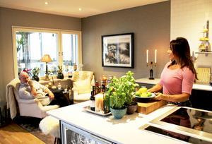 Det är lätt att socialisera i och runt köket.
