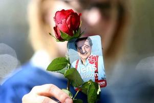 ROSOR. Som traditionen bjuder delades rosor ut bland demonstranterna.