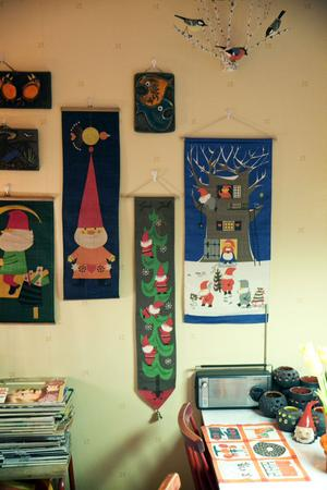 Cen har 30-40 julbonader, han byter ibland på väggen mellan första advent och tjugondedag Knut.