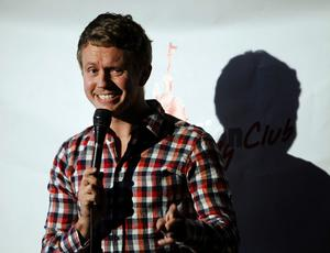 Isak Jansson bjöd på hysteriskt roliga imitationer och han var kvällens höjdpunkt på Brandstation comedy club.