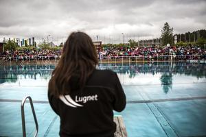 Den årliga livräddaruppvisningen för årskurs 2 och årskurs 3, på Lugnets friluftsbad. Camilla Malmling berättar för eleverna hur det går till vid en nödsituation.