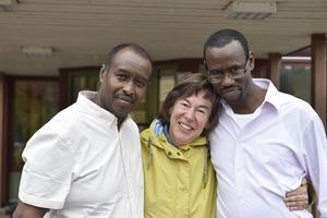 Abbas Abbai och Jelle Abdirahman tillsammans med Annika Braman som är chef för Vansbro vårdcentral.