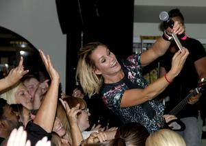 Show. Schlagerräven Linda Bengtzing var en av de artister som lockade till sång i Fagersta. I september uppträdde hon på Bruks och passade på att ta en selfie med publiken.  Foto: Ola Wahlsten