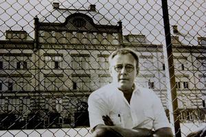 GÄVLEFÖRFATTAREN DÖD. Lasse Strömstedt, uppvuxen på Brynäs, har gått bort 74 år gammal.