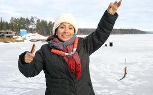 Dinora Marques Flores kom från Stockholm tillsammans med kollegorna. För tjugo år sedan flyttade hon till Sverige, men hade aldrig vinterfiskat innan hon kom till Falun och blev fångad (!) av sporten och naturscenerier på lördagen. Foto: Curt Kvicker