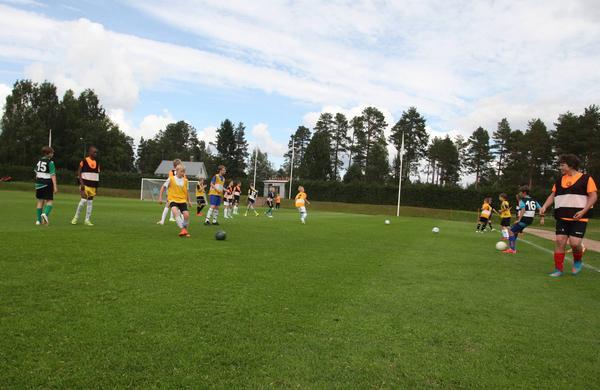 Just nu pågår ett breddläger för fotbollsungdomar i Ytterhogdal. Totalt deltar 220 spelare fördelat på ungefär hälften tjejer och hälften killar.