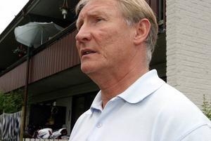 """INGET FÖR PENGARNA. Torbjörn Rönnkvist, själv bosatt på Smultronbacken, tycker inte att han och de andra hyresgästerna får valuta för hyrespengarna. """"Vi betalar för underhåll som inte blir utfört"""", säger politikern och ledamoten i Hyresgästföreningens regionstyrelser."""