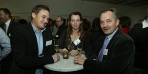 Tobias Sjölander, Håkan Sjölander och Ann Lundqvist var några av dem som ville lära sig att mingla rätt i går kväll.