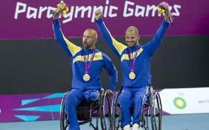 Peter Wikström från Piteå och Stefan Olsson från Sundborn, representerande Falu TK, hyllas efter segern i dubbelfinalen i rullstolstennis vid Paralympic i London 2012. Foto: / TOPFOTO / TT