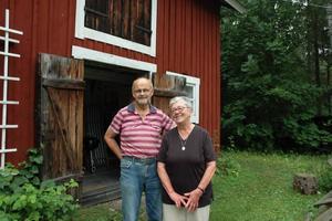 Dass i lada. I den röda gamla ladan bakom Erik Modin och Britt-Marie Linde gömmer sig deras funktionella dass. Det är utrustat med både rinnande vatten och el och används dagligen.