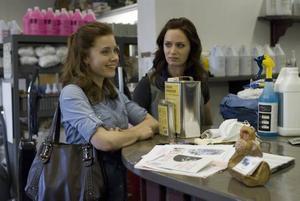 Amy Adams och Emily Blunt i en film om konsten att ta sig ur fattigdom.