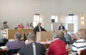 Bo Nilsson (S) kritiserade Jonas Holm (M) för att vilja dra på administrativ personal i kommunen.