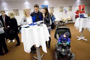 Jonas och Therese Hägglöf besökte Östersundsdagen i Stockholm. De funderar på att flytta tillbaka hem igen. Sixten Hägglöf är fortfarande för liten för att vara med i beslutsprocessen men han är en av anledningarna att familjen funderar på att flytta hem igen.