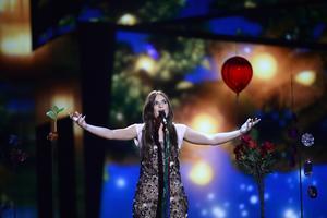 Italiens Francesca Michielin framför bidraget No Degree of Separation.