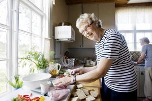 påfyllning. Ellen Ohlsson ser till att hålla smörgåsbordet påfyllt.
