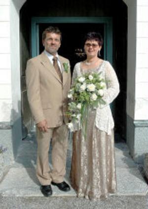 Kerstin Eriksson och Lars-Åke Jönsson, Stöde, har den 16 juli vigts i Stöde kyrka av Hilding Öhman. Tärna var Maud Johansson och bestman Jan-Åke Magnusson.Foto: privat