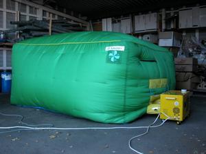 Sängar och sängkläder, stoppade möbler och andra föremål i hemmet som kan härbergera vägglössen placeras i ett värmetält.