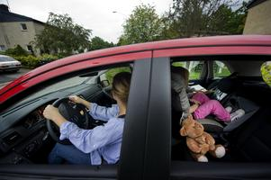 När barnen är bebisar är föräldrarna noggranna med bilbälte på barnen, men därefter slarvas det, visar NTF:s undersökning.