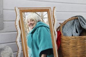 Hobbymodisten Lilian Lindholm sålde hattar och hjälpte kunder med rätt färgkombination.