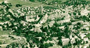 Flygfoto 1940-talet. Gamla Olaus Petriskolan och norra vattentornet. Fastigheten Rosenhill skymtar mitt i bostadsområdet sydöst om skolan.