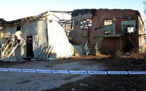 Polisen har spärrat av brandplatsen i väntan på teknisk utredning. Brandorsaken är inte känd. Foto: Eva Högkvist