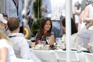 Prinsessan Sofia äter en bit mat under helgens tävlingar i STCC i Falkenberg där hennes man Prins Carl Philip är en av deltagarna.