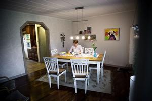Camilla Modd sitter i köket och läser. Hon passar på när resten av familjen är borta.