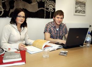 Tekonom-studenterna Linda Ahlén Lindahl och Daniel Lärkhammar gör examensarbete där Hallsbergs kommuns ledningsstab undersöks. BILD: SAMUEL BORG