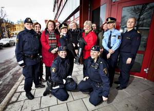 PIONJÄR. Ingrid Bremberg Stevens var den enda kvinnliga polisen i Gävleborgs län 1950, hon var Sveriges första landsortspolis. I dag arbetar totalt 460 poliser i Gävleborg, 116 av dem är kvinnor. Här är Ingrid omgiven av unga poliser från Gävle och i armarna på länspolismästare Madeleine Jufors och inspektör Mari Westling.