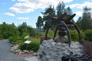Önskebrunnen som till viss del består av en gammal griparm, uppförd av Leif Wyöni.