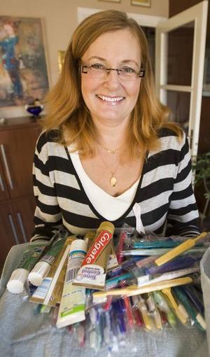 HIERTEKÖREN. Ann-Therése Kruhsberg är en av de 28 sångarna i Hiertekören som ska åka till Burkina Faso och besöka en förskola. De har samlat pengar och prylar, som exempelvis en stor mängd tandborstar.