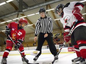 Lucas Burström, Almunge IS, Olle Jonsson, HHC, och domaren Fredrik Holm skötte boksläppet.