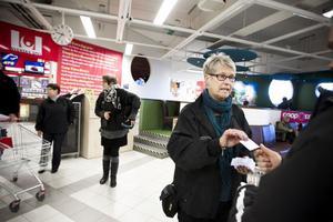 Vad vet du om reklamationsrätt? frågar Anette Swed en kund. I bakgrunden Monica Jonsson och Gunilla Hallberg.